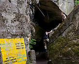 Junges Paar in Militärkleidung klettern auf den Bunkerresten herum. / Young couple bouldering on the rocks. /Wolfsschanze, Wolf's Lair