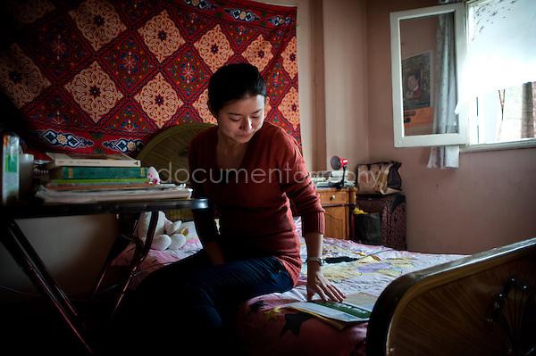 Copyright : Magali Corouge / Documentography.Le Caire, le 26 janvier 2013. .Yitong Shen dans la chambre qu'elle partage avec une de ses 7 autres colocataires dans le quartier d'Abbasseya du Caire.
