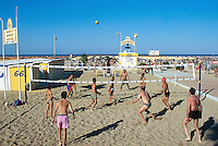 Italy. Province Emilia-Romagna. Rimini. Tourists play volleyball on the sandy beach. Life in the summer on the beach. Rimini is located on the Adriatic Sea and is one of the most famous seaside resorts in Europe, thanks to its 15 km-long sandy beach. 17.07.99 © 1999 Didier Ruef *** Local Caption *** ..