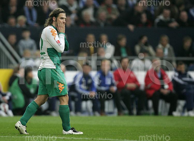 Fussball Bundesliga 2007/08 FC Schalke 04 - SV Werder Bremen Torsten FRINGS (W) skeptisch.