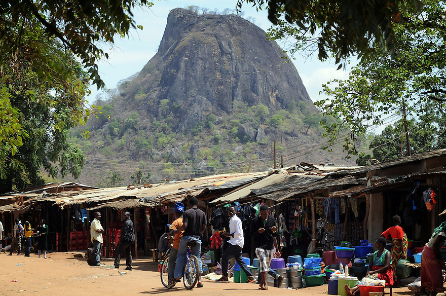 A TYPICAL MARKET IN THE MWANZA DISTRICT, MALAWI.  PICTURE BY CLARE KENDALL. 3/11/12