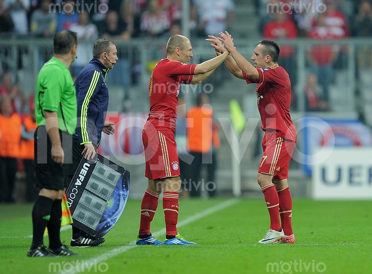 FUSSBALL   CHAMPIONS LEAGUE   SAISON 2011/2012     27.09.2011 FC Bayern Muenchen - Manchester City ABKLATSCHEN;  Arjen Robben (FC Bayern Muenchen) umarmt Franck Ribery (re, FC Bayern Muenchen)