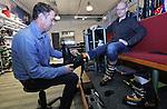 Foto: VidiPhoto<br /> <br /> DUIVEN - Klanten van Buitensport Four Seasons in Duiven passen maandag nieuwe schoenen en helmen. Vrijdag begint de grote uittocht van Nederlanders naar de wintersportgebieden. Zelden is het zo druk geweest als nu, vertelt een verraste manager John Faber. &quot;We lopen hier soms met 35 man personeel. Wintersport is populairder dan ooit en skihelmen zijn niet aan te slepen.&quot; Volgens Faber komt dat mede door het ski-ongeval van de bekende Formule 1-coureur Michael Schumacher vorig jaar. Daarnaast is Four Seasons dealer van de zogenoemde Daleboot-skischoenen, die op maat worden gemaakt en zere voeten voorkomen. Slechts drie wintersportwinkels in Nederland leveren deze skischoenen. Voor de Duivense skiwinkels is dat big business. &quot;Nederlanders hebben blijkbaar weer meer geld te besteden.&quot; Volgens Faber staat Oostenrijk als wintersportgebied met stip op nummer &eacute;&eacute;n en is Zwitserland helemaal uit de gratie vanwege de opwaardering van de Zwitserse munt. Wintersportvakanties in Zwitserland zijn nu plotseling 20 procent duurder.