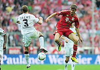 FUSSBALL   1. BUNDESLIGA  SAISON 2011/2012   1. Spieltag   07.08.2011 FC Bayern Muenchen - Borussia Moenchengladbach         Thomas Mueller (re, FC Bayern Muenchen) gegen Filip Daems (Borussia Moenchengladbach)