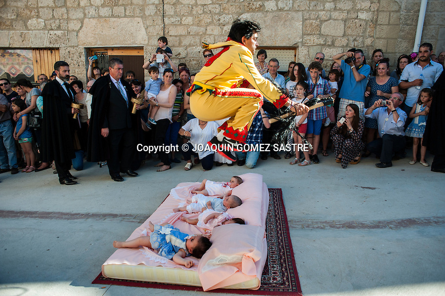 The highlight of the festival is when the evil influence fleeing children born during the year and the jump Colacho