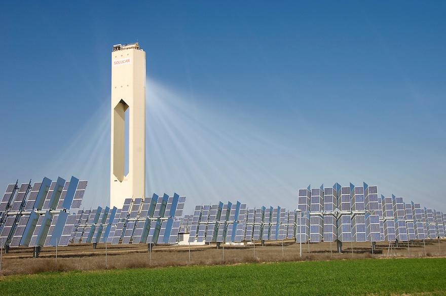 Spanje, Sanlúcar la Mayor, 26 januari 2008.Solucar, zonne-energiecentrale in de buurt van Sevilla. .Spiegels reflecteren het zonlicht naar de top van de toren, waar een temperatuur van 3000 graden wordt bereikt waarmee stoom gemaakt wordt. Daarmee worden turbines  aangedreven die stroom produceren. De centrale, de eerste grootschalige in z'n soort ter wereld, heeft een vermogen van 300 megawatt. .Voor de centrale staat nog een heel veld met zonnepanelen, photovoltaische panelen. De spiegels zijn op deze foto niet te zien..Foto (c) Michiel Wijnbergh