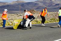 De Tetiva uit Rusland wordt net op tijd gevangen tijdens de vijfde racedag van de WHPSC. In Battle Mountain (Nevada) wordt ieder jaar de World Human Powered Speed Challenge gehouden. Tijdens deze wedstrijd wordt geprobeerd zo hard mogelijk te fietsen op pure menskracht. Ze halen snelheden tot 133 km/h. De deelnemers bestaan zowel uit teams van universiteiten als uit hobbyisten. Met de gestroomlijnde fietsen willen ze laten zien wat mogelijk is met menskracht. De speciale ligfietsen kunnen gezien worden als de Formule 1 van het fietsen. De kennis die wordt opgedaan wordt ook gebruikt om duurzaam vervoer verder te ontwikkelen.<br /> <br /> The Tetiva is running fast into catch on the fifth day of the WHPSC. In Battle Mountain (Nevada) each year the World Human Powered Speed Challenge is held. During this race they try to ride on pure manpower as hard as possible. Speeds up to 133 km/h are reached. The participants consist of both teams from universities and from hobbyists. With the sleek bikes they want to show what is possible with human power. The special recumbent bicycles can be seen as the Formula 1 of the bicycle. The knowledge gained is also used to develop sustainable transport.