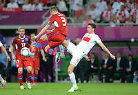 FUSSBALL  EUROPAMEISTERSCHAFT 2012   VORRUNDE Tschechien - Polen               16.06.2012 Michal Kadlec (li, Tschechische Republik) gegen Robert Lewandowski (re, Polen)