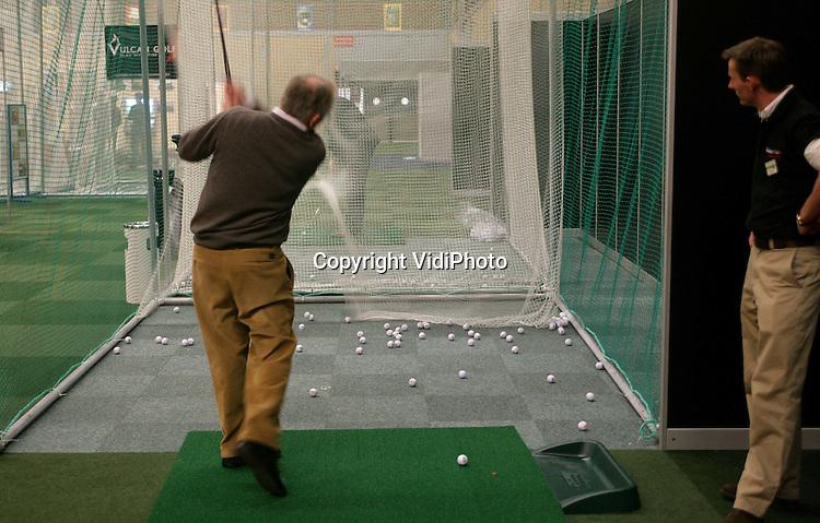 Foto: VidiPhoto..APELDOORN - In Apeldoorn wordt vanaf woensdag de eerste Nederlandse Golfbeurs gehouden. Behalve zelf een balletje slaan, kunnen bezoekers er ook informatie krijgen over golfbanen in binnen- en buitenland, golfattributen kopen en krijgen ze les. Op een golfsimulatiebaan wordt de Dutch Indoor Open Golf 2005 gespeeld en zijn er diverse demonstraties. De golfbeurs, die tot en met donderdag duurt, wil vooral ook niet-golfers interesseren voor deze sport.
