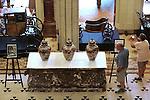Foto: VidiPhoto<br /> <br /> HAARZUILENS &ndash; De eerste bezokers betreden woensdag de expositie Interieur &amp; Lifestyle op Kasteel De Haar in Haarzuilens. Pierre Cuypers, achterkleinzoon van Meesterarchitect Pierre Cuypers, verrichte woensdag de opening door de laatste ontwerptekening van zijn overgrootvader te onthullen. Voor het eerst na ruim 100 jaar toont De Haar de originele ontwerptekeningen van meesterarchitect Pierre Cuypers, afkomstig uit de collectie van Het Nieuwe Instituut. De tekeningen zijn nooit eerder op locatie, dus naast de uitgevoerde situatie aan het publiek getoond. Ook enkele voorwerpen zijn nu voor het eerst voor het publiek te zien. Ook zijn Main Hall en de Bibliotheek naar de oude inrichting en situatie teruggebracht van omstreeks 1900, de tijd van de opdrachtgevers: de puissant rijke barones H&eacute;l&egrave;ne de Rothschild en baron Etienne van Zuylen van Nijevelt van de Haar.