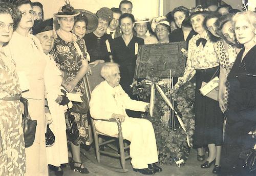 Celebración del Centenario  de Don Federico Henríquez y Carvajal. Patria Mella detrás del Maestro, vestida de negro. 1951.