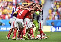 FUSSBALL WM 2014  VORRUNDE    Gruppe D     Schweiz - Ecuador                      15.06.2014 Umjubelter Torschuetze: Haris Seferovic (Mitte, Schweiz) hat viele Gratulanten
