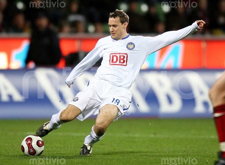 Fussball  1. Bundesliga  Saison 2006/2007 Andreas SCHMIDT (Hertha BSC Berlin), Einzelaktion am Ball