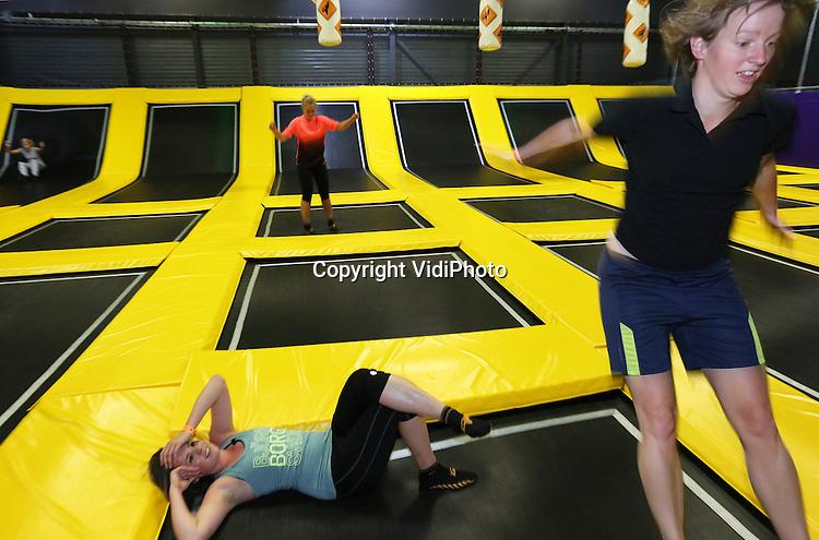 Foto: VidiPhoto<br /> <br /> NIEUWEGEIN - Ondanks dat de gloednieuwe Jumpsquare in Nieuwegein pas enkele weken bestaat, is het succes nu al duidelijk. Professionale jumpers, maar ook amateurs (vanaf de leeftijd van tien jaar) uit heel Nederland, Duitsland en Belgi&euml; weten inmiddels de weg te vinden naar de grootste Jumpsquare van Europa. Jumpen is het springen op trampolines in allerlei vormen, maten en moeilijkheidsgraden. Jumpen is komen overwaaien vanuit de VS, waar trampolineparken al enorm populair zijn. Ook in Nederland is het een hype aan het worden. In het 2000 vierkante meter grote trampolinepark in Nieuwegein houden professionele jumpers toezicht, maar leren ze bezoekers ook allerlei nieuwe stunts en bewegingen. Per uur kunnen er in Nieuwegein 150 jumpers aan de slag. Volgens onderzoek is trampolinespringen 68 procent effectiever voor de gezondheid dan joggen.