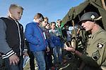 Foto: VidiPhoto<br /> <br /> RANDWIJK - Easy-compagnie van de Amerikaanse 101ste Airbornedivisie heeft vrijdag een kampement ingericht in het Betuwse dorp Randwijk, met grote belangstelling van de dorpsjeugd tot gevolg. In oktober 1944 werd daar door luitenant Dick Winters met drie van zijn pelotons een complete SS-eenheid verrast en vernietigd. De slag bij Randwijk (&quot;Crossroads&quot;) werd wereldberoemd doordat van Easy-compagnie de filmdocumentaire Band of Brothers is gemaakt, waarin de Airbornedivisie gedurende de gehele oorlog wordt 'gevolgd'. Van de oud-militairen zijn er nog maar enkele in leven. Re-enactors van de American Airborne Association brengen vrijdag en zaterdag in Randwijk met diverse demonstraties en een nagespeelde aanval een eerbetoon aan de Amerikaanse bevrijders. Leerlingen van de School met de Bijbel uit Randwijk kregen vrijdagmiddag uitleg over de Tweede Wereldoorlog en de gebruikte handwapens . Foto: Re-enactor Arijan Rietkerk uit Leiden demonstreert diverse authentieke handvuurwapens.