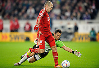 Fussball 1. Bundesliga:  Saison   2011/2012    16. Spieltag VfB Stuttgart - FC Bayern Muenchen  11.12.2011 Arjen Robben (vorn, FC Bayern Muenchen) gegen Torwart Sven Ulreich (VfB Stuttgart)