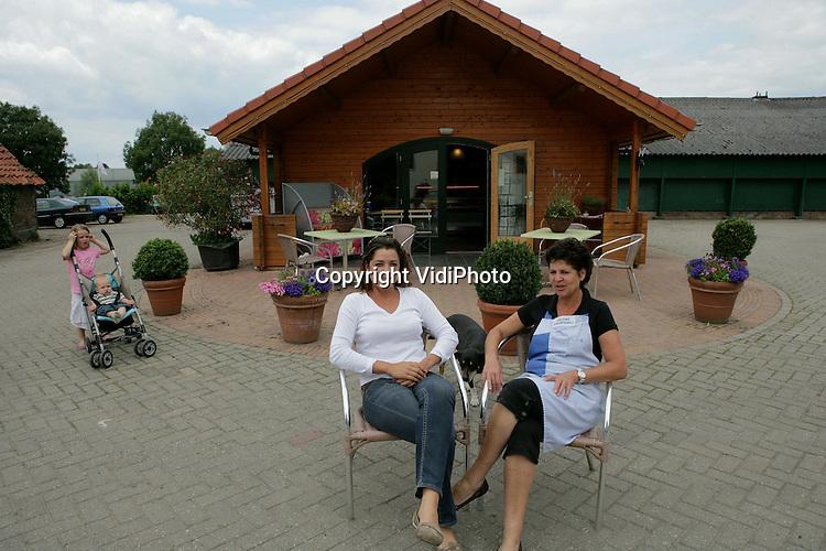Foto: VidiPhoto..ARNHEM - Janet Lubbers met dochter voor haar boerderijwinkel in Arnhem.