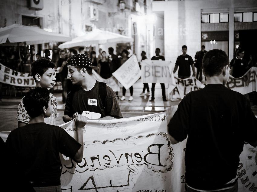 Marcia degli uomini e delle donne scalze - Lecce - 11 settembre 2015.<br /> &quot;La marcia delle donne e degli uomini scalzi&quot; &egrave; un flashmob arrivato a Lecce l'11 settembre 2015. La manifestazione invita uomini e donne a togliere le scarpe e a camminare per esprimere solidariet&agrave; verso chi &quot;ha bisogno di mettere il proprio corpo in pericolo per poter sperare di vivere o di sopravvivere&quot;.  Il senso di camminare scalzi richiama lo stato di migrante in fuga verso L'Europa per richiedere asilo. Il corteo &egrave; partito da Porta Napoli per soffermarsi in Piazza Mazzini dove i manifestanti hanno creato un cerchio per coprire l'intera circonferenza della piazza. La manifestazione &egrave; proseguita fino a Piazzetta Sigismondo Castromediano dove si sono tenuti interventi musicali e letture sull'argomento.  La &quot;marcia&quot; si &egrave; tenuta in contemporanea in molte citt&agrave; italiane (oltre che a Roma). Gli organizzatori hanno spiegato che camminare scalzi &egrave; &quot;un modo per chiedere con forza i primi tre necessari cambiamenti delle politiche migratorie europee e globali&quot;; si chiede che &quot;ci sia certezza di corridoi umanitari sicuri per vittime di guerre, catastrofi e dittature, che ci sia accoglienza degna e rispettosa per tutti, che vengano chiusi e smantellati tutti i luoghi di concentrazione e detenzione dei migranti e che venga creato un vero sistema unico di asilo in Europa superando il regolamento di Dublino&quot;. Perch&egrave; &quot;dare accoglienza a chi fugge dalla povert&agrave; - &egrave; scritto nell'appello - significa non accettare le sempre crescenti disuguaglianze economiche e promuovere una maggiore redistribuzione delle ricchezze&quot;.