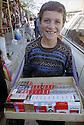 Irak 2000.Un jeune garçon vendant des cigarettes de contrebande dans les rues de Kala Diza.   Iraq 2000.Young boy selling smuggled cigarettes in Kala Diza