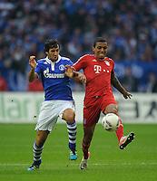 Fussball Bundesliga Saison 2011/2012 6. Spieltag FC Schalke 04 - FC Bayern Muenchen V.l.: RAUL (Schalke), Luiz GUSTAVO (FCB).