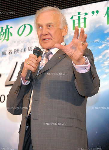 Apollo 11 astronaut Buzz Aldrin visits the National Museum of Emerging Science and Innovation in Tokyo. Aldrin is currently visiting Japan to promote the documentary film ?In the Shadow of the Moon? (Japanese title is ?The Moon?), which will be released nationwide from Jan 16, 2009.