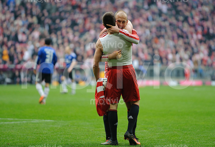 Fussball Bundesliga Saison 2010/2011 FC Bayern Muenchen - Hamburger SV Jubel zum 4:0, v.l.: Arjen ROBBEN (FC Bayern) mit Torschuetze Franck RIBERY (FC Bayern).