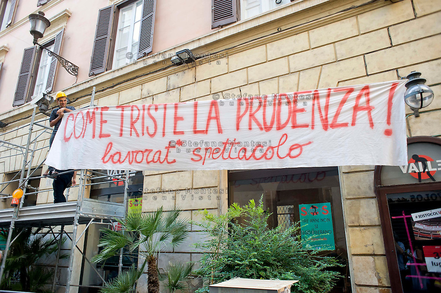 Roma 11 Agosto 2014.<br /> Gli occupanti del Teatro Valle nel giorno della riconsegna dello stabile al Comune di Roma.<br /> La Fondazione Teatro Valle Bene Comune, i suoi artisti e le sue maestranze preparano un nuovo palco all'esterno del teatro  che sar&agrave; una piattaforma di sperimentazione artistica e teatrale.<br /> Rome August 11, 2014. <br /> The occupants of the Teatro Valle in the day of delivery of the building to the City of Rome. <br /> The press conference in the foyer. The Fondazione Teatro Valle Common Good, its artists and its workers prepare a new stage outside of the theater that will be a platform for artistic experimentation and  theatrical.