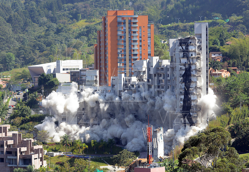 MEDELLIN-COLOMBIA-23-SEPTIEMBRE-2014. Implosion de las ultimas torres del edificio Space donde 12 personas murieron el 12 de octubre del 2013. / Implosion of building towers last Space where 12 people were killed on October 12, 2013..  Photo: VizzorImage / Andrew Indell  / Stringer