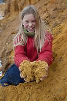 Kinder sammeln bunte Erde, mit der sie sich schöne Farben anmischen können, Kinder malen mit selbstangemischten Erdfarben, Farbe aus verschiedenfarbiger Erde angemischt mit Wasser und Kleister