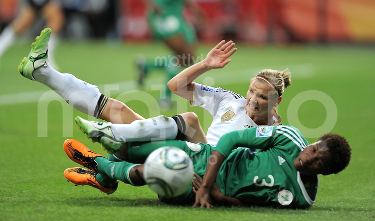 FUSSBALL  FIFA FRAUEN WELTMEISTERSCHAFT 2011  GRUPPE A Deutschland - Nigeria       30.06.2011 Alexandra POPP (li, Deutschland) gegen Osinachi OHALE (re, Nigeria)