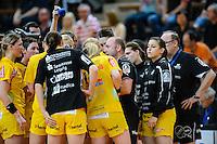 technische Auszeit der Mannschaft von Leipzig, Trainer Stefan Madsen (HCL) gibt Abweisungen