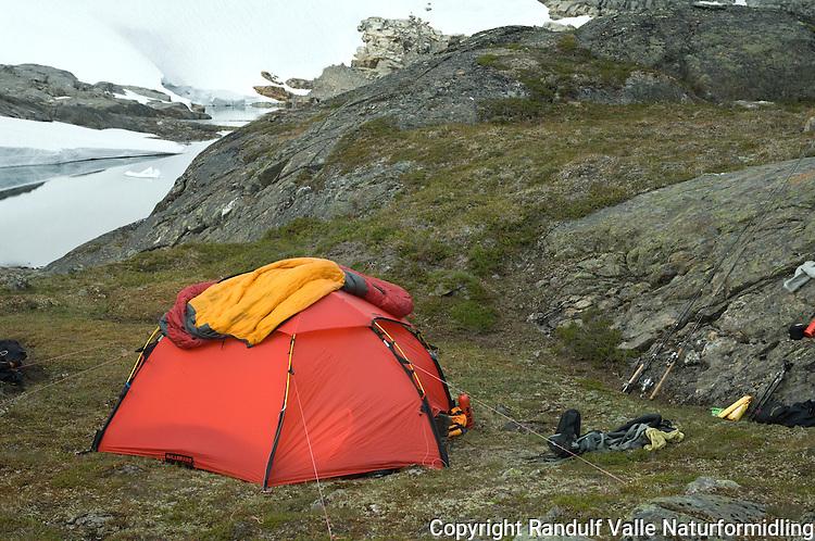 Dunsovepose til tørk og lufting på toppen av telt ---- Sleaping bag hang to dry on tent.