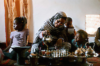 Gennaio 2010.Campo Profughi Saharawi di Dakhla..Donna saharawi prepara il tea..January 2010.The refugee camp of Dakhla..Saharawi women prepare tea.