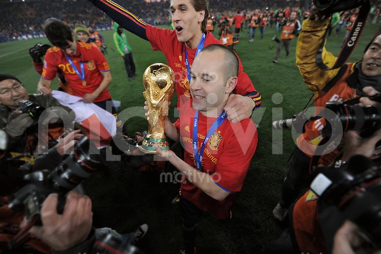 FUSSBALL WM 2010  FINALE   11.07.2010 Holland - Spanien Andres INIESTA (vorn Mitte, Spanien) jubelt mit dem WM-Pokal umarmt von    Fernando LLORENTE (Spanien)