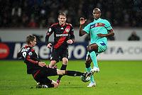 FUSSBALL   CHAMPIONS LEAGUE   SAISON 2011/2012   ACHTELFINALE  Bayer 04 Leverkusen - FC Barcelona              14.02.2012 Lars Bender (li) und Andre Schuerrle (Mitte, beide Bayer 04 Leverkusen) gegen Eric Abidal (re, Barca)