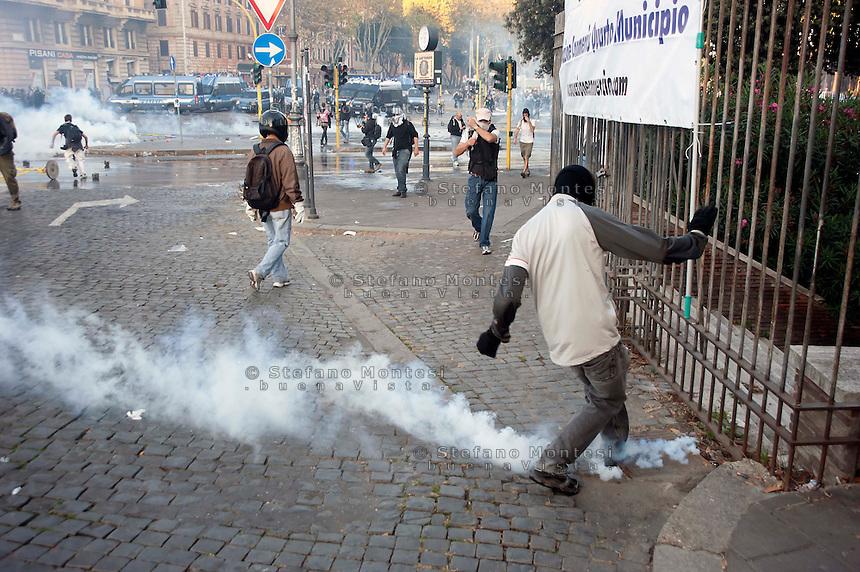 Roma  15 Ottobre 2011.Manifestazione contro la crisi e l'austerità.Scontri tra manifestanti e forze dell'ordine.Manifestanti a Pzza San Giovanni.