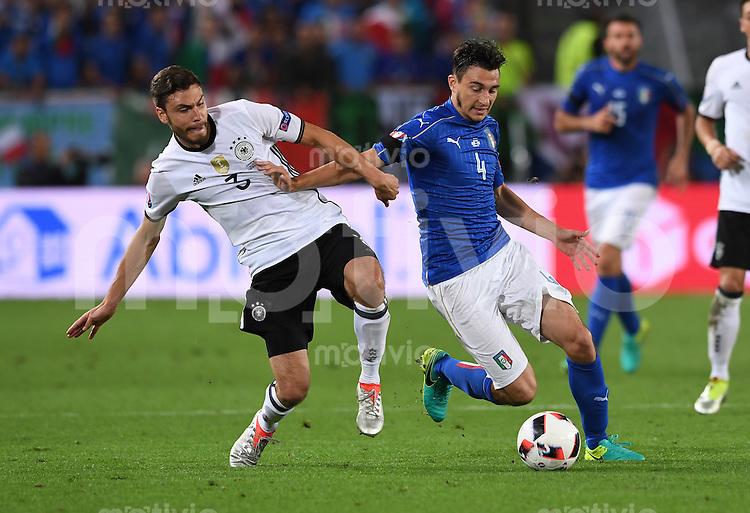 FUSSBALL EURO 2016 VIERTELFINALE IN BORDEAUX Deutschland - Italien      02.07.2016 Jonas Hector (li, Deutschland) gegen Matteo Darmian (re, Italien)