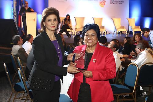 Elena Viyella entrega una placa de reconocimiento a Ligia Melo, ministra de Educación Superior