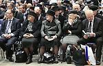 Foto: VidiPhoto<br /> <br /> DEN BOSCH - Op de plaats waar op Koningsdag de meest-oranjegezinde Nederlanders bijeenkwamen, was het minst kleur te bekennen. Terwijl miljoenen landgenoten zich in oranjekleding vrolijk vermaakten op tal van festiviteiten, kwamen zo'n 3000 orthodox-gereformeerden zaterdag in de Brabanthallen in Den Bosch bijeen om een andere Koning dan Willem-Alexander te eren: ingetogen en veelal in donkere kleding. De leden van de reformatorische kerken staan bekend als onvoorwaardelijk loyaal aan het Koningshuis. Voor de 52e keer werd maandag de zogenoemde Mbuma-zendingsdag gehouden. De opbrengst van de bijeenkomst, vaak tienduizenden euro's, komt ten goede aan zendingswerk in Zimbabwe. Mbuma is een plaatsje in dat Afrikaanse land. Bezoekers behoren tot de (Oud) Gereformeerde Gemeenten in Nederland en de rechterflank van de Hersteld Hervormde Kerk.