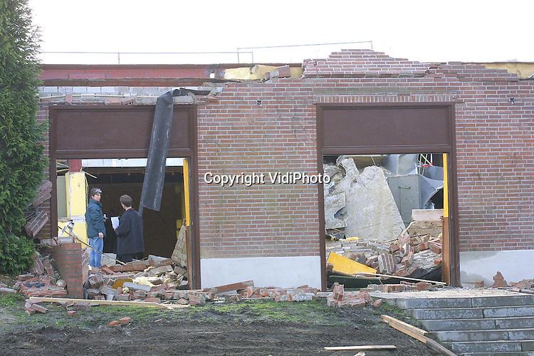 Foto: VidiPhoto..TIEL - De ingestorte parkeergarage bij Van der Valk in Tiel. Controleurs van gemeente en brandweer inspecteerden woensdag de restanten van het bouwwerk.