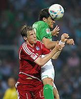 FUSSBALL   1. BUNDESLIGA   SAISON 2011/2012    5. SPIELTAG SV Werder Bremen - Hamburger SV                         10.09.2011 Marcell JANSEN (li, Hamburg) gegen Sokratis PAPASTATHOPOULOS (re, Bremen)