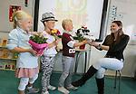 Foto: VidiPhoto<br /> <br /> ELST &ndash; Jesse (7), Fee (7) en Josje (links, 6) van groep 5 van christelijke basisschool Het Visnet in Elst (U) zetten juf Marieke maandag in de bloemetjes. Eigenlijk was het plan om de juf volgende week maandag, op de Dag van de Leraar, te verrassen maar dat kan niet. De juf vertrekt namelijk woensdag voor een studiereis naar Nieuw-Zeeland en maandag is haar laatste werkdag. De kinderen vinden het erg jammer dat hun juf vertrekt: &ldquo;Juf Marieke is superlief en het is elke dag gezellig bij ons in de klas.&rdquo; Het geven van een bloemetje aan juf of meester op de Dag van de Leraar wordt steeds populairder. Ouders (en kinderen) tonen daarmee hun waardering voor het vele extra werk dat leerkrachten doen. De werkdruk is hoog onder meer vanwege volle klassen en maatschappelijke issues als pesten.