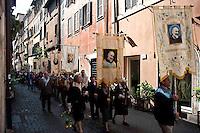 Roma 8 Maggio 2010.Processione in Onore della Madonna di Loreto, partita dalla basilica di San Salvatore in Lauro a Roma, e ha raggiunto Piazza Navona. La statua della Madonna di Loreto è stata portata in processione, accompagnata dalle Reliquie di Padre Pio e di San Rocco. I stendardi dei gruppi di preghiera di Padre Pio.Rome May 8, 2010.Procession in Honor of Our Lady of Loreto, playing from the basilica of San Salvatore in Lauro in Rome, and reached the Piazza Navona.  The statue of Our Lady of Loreto was carried in procession, accompanied by the relics of Padre Pio and San Rocco.