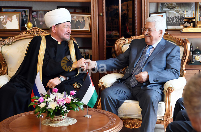 Palestinian President Mahmoud Abbas, meets with the Mufti of the Russian Federation, Rawi Ayin al-Din, in Moscow on May 13, 2017. Photo by Thaer Ganaim