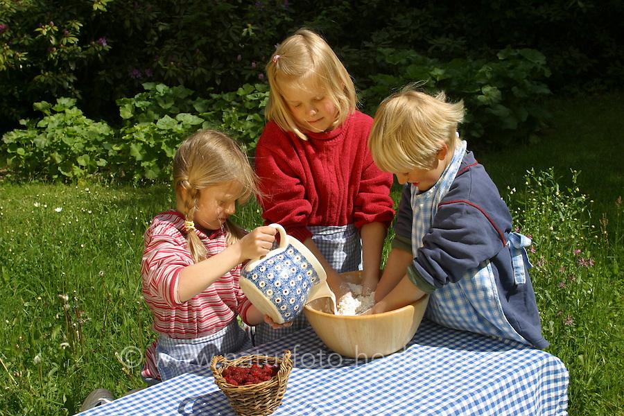 Kinder backen Hutzelbrötchen, Brötchen aus Brotteig und Himbeeren, Himbeere, Ernte, Obst, Frucht, Früchte, Rubus idaeus, Rapsberry