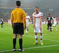 FUSSBALL   EUROPA LEAGUE   SAISON 2012/2013    VfB Stuttgart - FC Kopenhagen   25.10.2012 Tunay Torun (re, VfB Stuttgart) beschwert sich beim Additional Assistant Schiedsrichter Carlos Xistra (Portugal) und fordert einen Elfmeter.