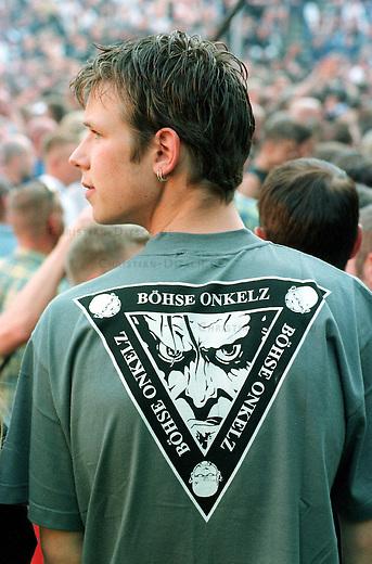 Boehse Onkelz-Fans beim Abschlusskonzert der Tournee 2000 der deutschen Rockband in der Berliner Waldbuehne.<br /> Die Band ist in der Musikszene wegen ihrer rechtsextremen Vergangenheit umstritten. Sie hat sich vor mehreren Jahren zwar von ihren alten Texten distanziert, das Publikum besteht jedoch zum Teil noch immer aus Rechtsextremisten.<br /> ACHTUNG: Es ist nich sicher, ob sich unter den abgebildeten Personen auch rechte Jugendliche befinden!<br /> 2.6.2000, Berlin<br /> Copyright: Christian-Ditsch.de<br /> [Inhaltsveraendernde Manipulation des Fotos nur nach ausdruecklicher Genehmigung des Fotografen. Vereinbarungen ueber Abtretung von Persoenlichkeitsrechten/Model Release der abgebildeten Person/Personen liegen nicht vor. NO MODEL RELEASE! Nur fuer Redaktionelle Zwecke. Don't publish without copyright Christian-Ditsch.de, Veroeffentlichung nur mit Fotografennennung, sowie gegen Honorar, MwSt. und Beleg. Konto: I N G - D i B a, IBAN DE58500105175400192269, BIC INGDDEFFXXX, Kontakt: post@christian-ditsch.de<br /> Bei der Bearbeitung der Dateiinformationen darf die Urheberkennzeichnung in den EXIF- und  IPTC-Daten nicht entfernt werden, diese sind in digitalen Medien nach &sect;95c UrhG rechtlich gesch&uuml;tzt. Der Urhebervermerk wird gemaess &sect;13 UrhG verlangt.]