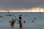 18 12 11 - NICE - ALPES MARITIMES - Sur la plage du casino RUHL, près de 200 personnes venues de toutes la région PACA prennent le 67e bain de Noel dans une eau à 17°, avec sur la ligne d'horizon des trombes d'eau, mini-cyclone, formés par la rencontre de masses d'air chaudes et froides