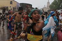 Quer&eacute;taro, Qro.14 Septiembre 2013. - Con motivo de las celebraciones del d&iacute;a de la Santa Cruz de los Milagros, las mesas de concheros de esta ciudad realizaron danzas alrededor del convento de la Cruz desde la ma&ntilde;ana hasta entrada la noche.<br /> <br /> Fotograf&iacute;a David Steck / Agencia Colectivo Obtura