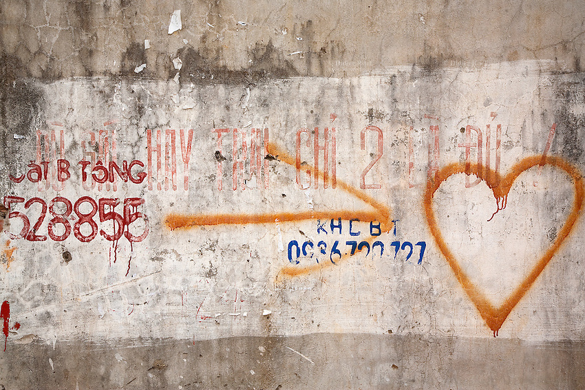 "Vietnam. Ha Tay province. Lai Xa. Heart, arrow and numbers. On the wall, a painted slogan is writen in vietnamese language. "" The local government and the Lai Xa community have sucessfully built the progress on sanitation of solid-waste and waste-water "".  Lai Xa is a typical hamlet (village) of the Red River delta region and is part of the Kim Chung commune located 15 km west of Hanoi. This peri-urban location is under increasing pressure from the forces of urbanization. 06.04.09  © 2009 Didier Ruef"